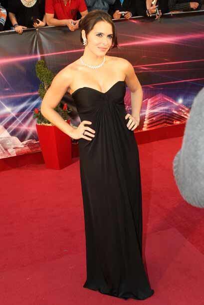 Un vestido negro, un moño suelto y joyas sobrias = elegante. Ese escote...