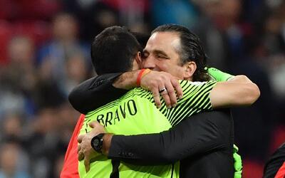 Juan Antonio Pizzi con Claudio Bravo tras vencer a Portugal