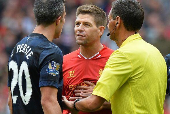 El holandés se encaró con Steven Gerrard y tuvieron que separar a los fu...