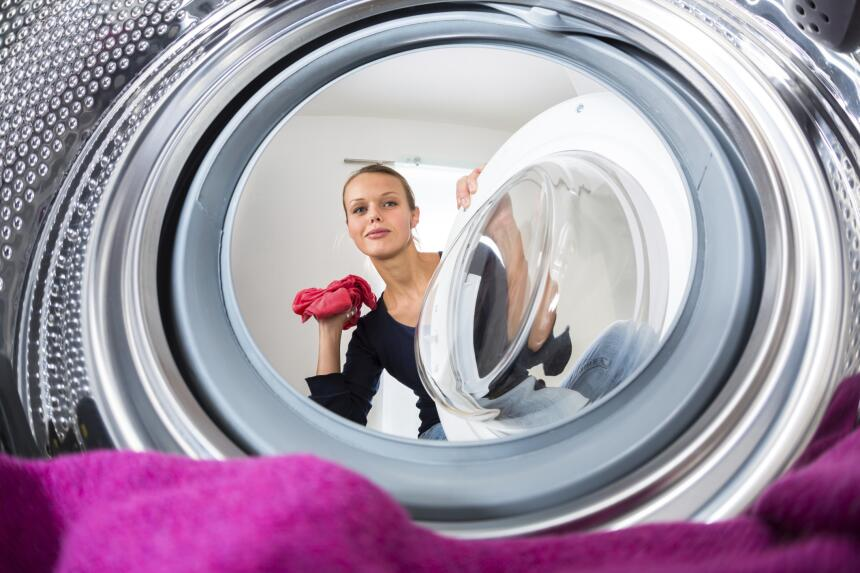 Si tienes secadora, aprovecha cuando la ropa aún está caliente para alis...