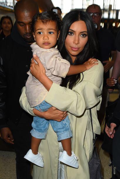 Al parecer la nena se calmó con Kim.