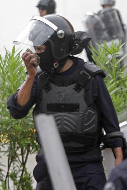 Policías federales tomaban piedras para responder a las agresiones.
