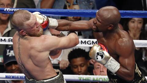 El esetadounidense Floyd Mayweather Jr. propina un puñetazo al ir...