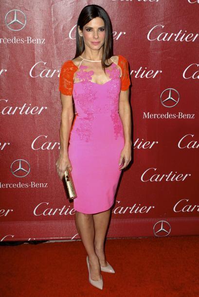Muy colorida y evocando la moda primaveral llegó Sandra Bullock. La prot...