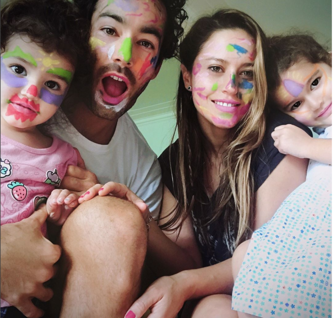 Aaron Díaz se divierte mucho con jugando con sus hijas Erin y Regina.