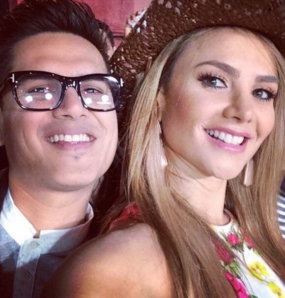 Régulo Caro y Ximena Cordoba aprovecharon para tomarse la selfie.