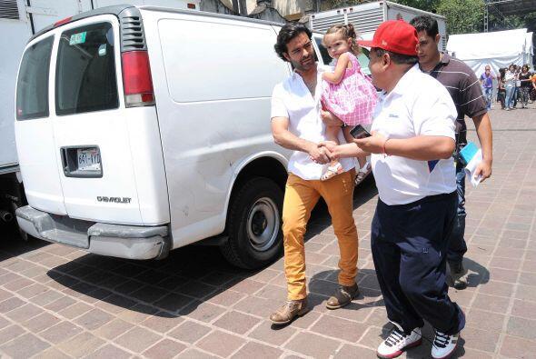 El cantante se presentó en la Plaza de Coyoacán, y estuvo acompañado por...