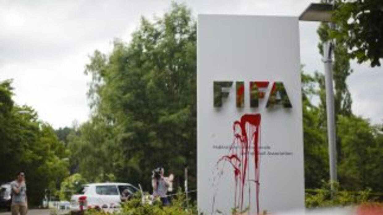 Un logo de la FIFA cerca de su sede en Zúrich fue vandalizado.