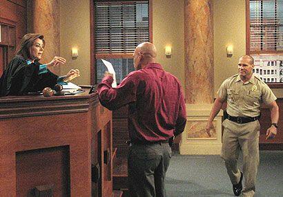 La jueza le mostró la prueba de ADN que comprobaba que el señor era su p...