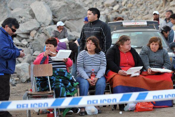 30 de septiembre: Las familias de 29 de los 33 mineros depositan una dem...