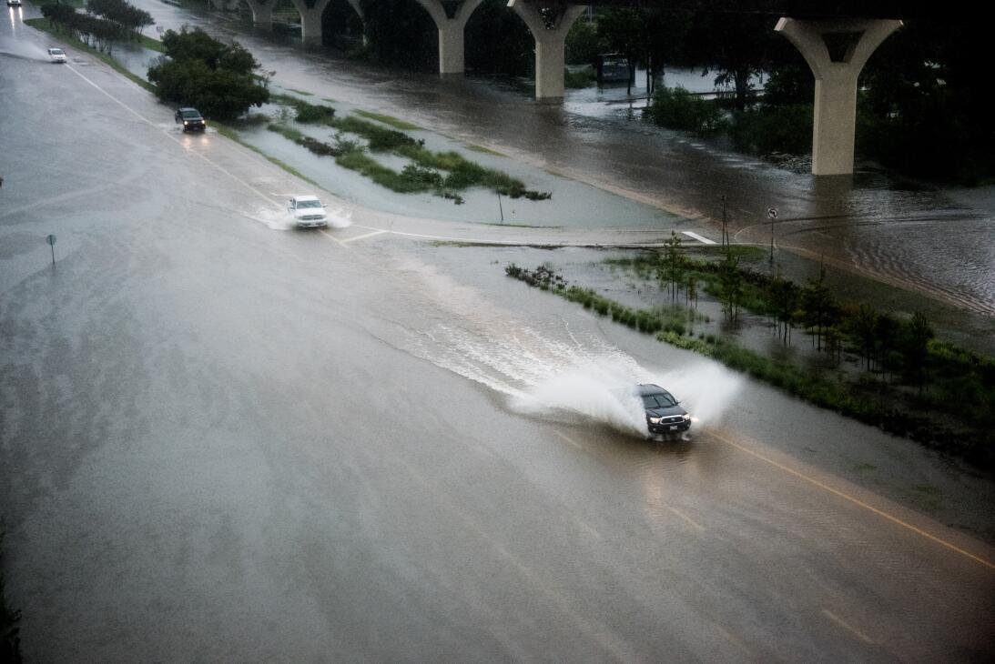 Las vias inundadas de Woodlands, al norte de Houston