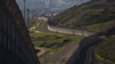 Segmento del muro que divide a México de Estados Unidos en varias...