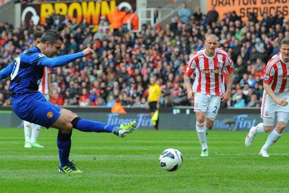 Robin van Persie recibió el balón dentro del área y un defensor rival le...