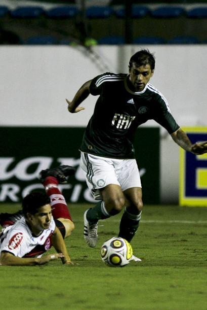 Danilo buscando el gol para el ´Verdao´. Palmeiras, dirigdo por Felipe S...