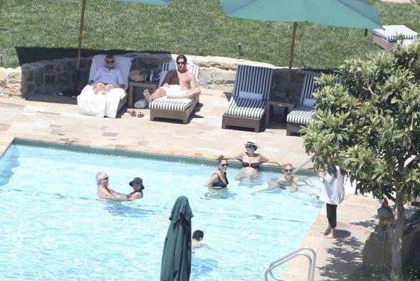 Pasaron un rato muy agradable en la piscina.Mira aquí los videos más chi...
