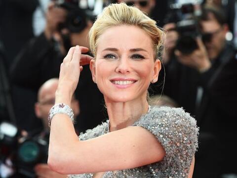 La espectacular rubia vino a conquistar el festival de cine, y comenz&oa...