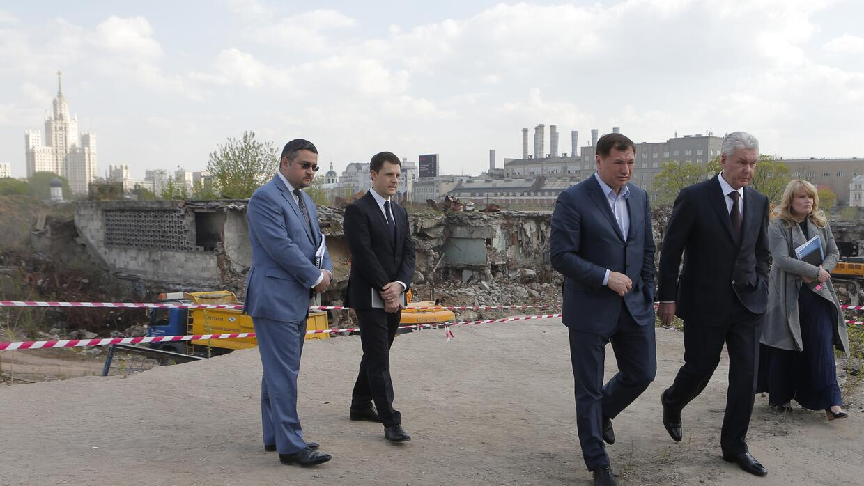 El alcalde de Moscú, Sergei Sobyanin (de chaqueta oscura a la derecha),...