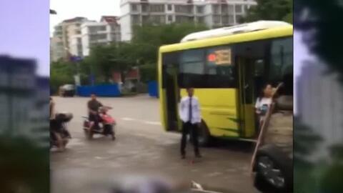 En video, conductor que viajaba en dirección contraria se llevó por dela...