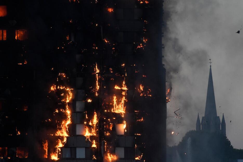 Pedazos encendidos se desprenden del edificio. El temor principal es que...