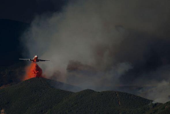 Un avión de extinción de incendios sobrevuela la zona del incendio.