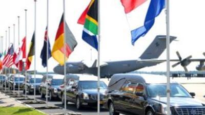 Vista de los vehículos fúnebres con los restos de las víctimas del vuelo...