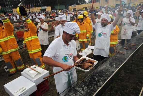 Los cocineros y los bomberos celebran después de obtener el r&eac...