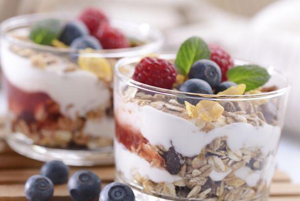 Lleva contigo un snack que incluya una combinación de proteínas y carboh...