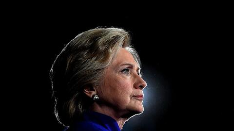 La candidata presidencial demócrata Hillary Clinton durante un mi...