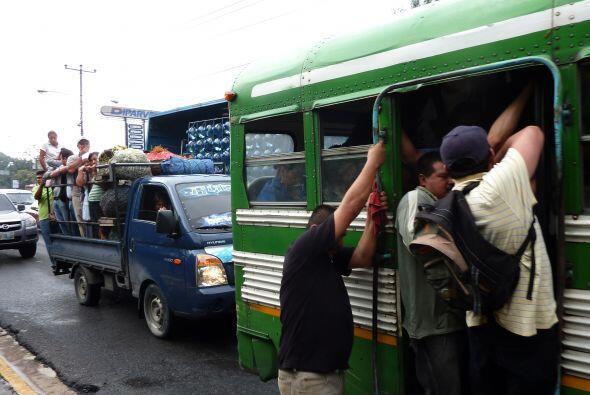 La amenaza paralizó entre sectores de transporte y comercio del país, pe...