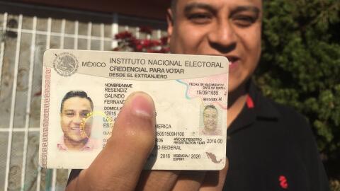 El dreamer Fernando Reséndiz muestra su credencial para votar, qu...