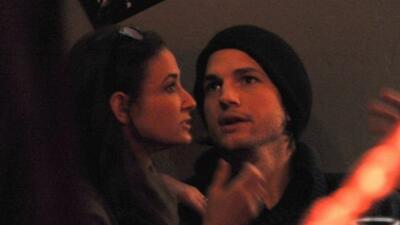 Demi Moore y Ashton Kutcher fueron captados por los paparazzi al salir d...