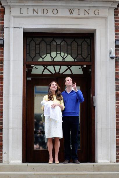 Unas doce horas después del nacimiento, los duques de Cambridge aparecía...