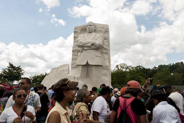Decenas de miles de personas marcharon el sábado hacia el monumento a Ma...