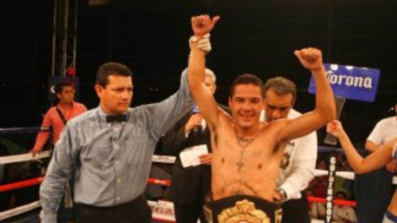 """Víctor """"Vikingo"""" Terrazas derrotó a Viloria por TKO en el round tres (FO..."""