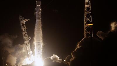 El cohete más poderoso del mundo llevará al espacio un auto deportivo rojo, un maniquí y un tema de David Bowie