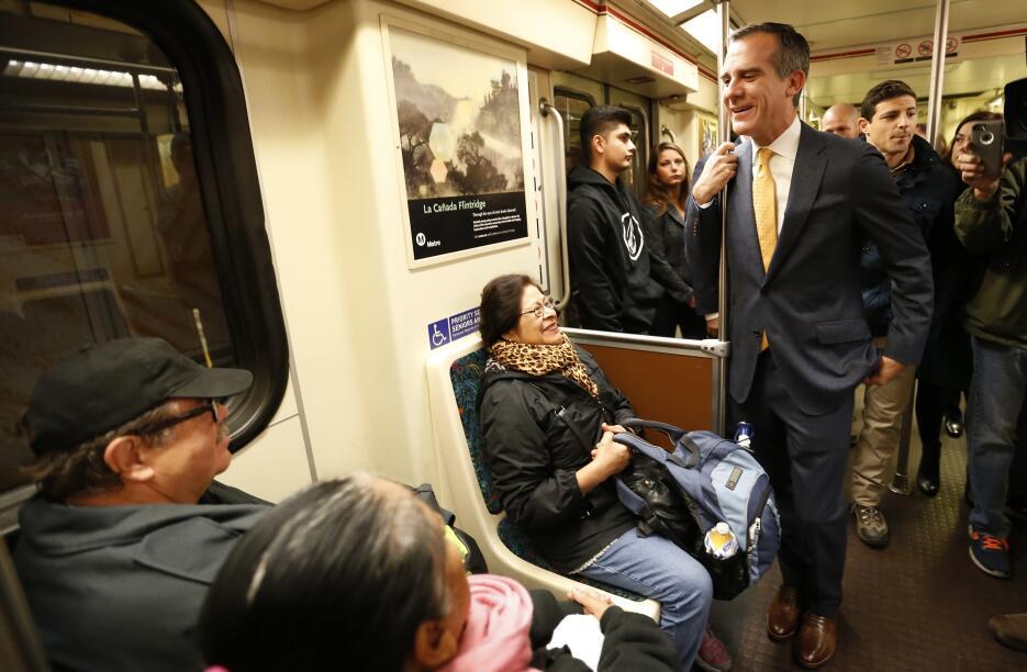 El alcalde de Los Ángeles, Eric Garcetti, conversa con pasajeros del met...