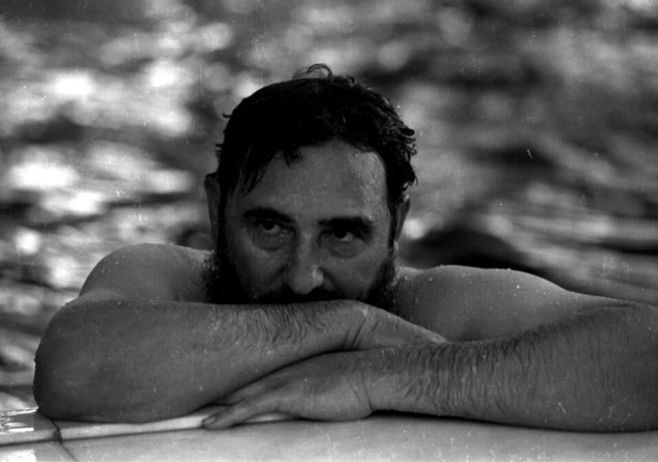 El presidente cubano se relaja en un piscina en Rumanía, 1972.
