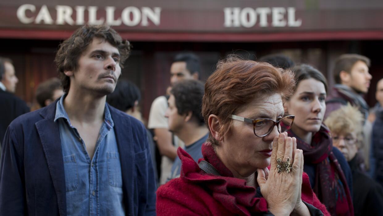Parisinos se reúnen en uno de los seis puntos atacados por los terroristas.