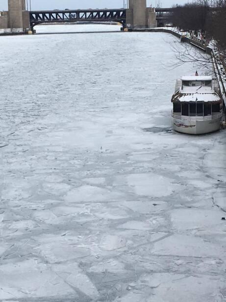 Así luce el Río Chicago estos primeros días de ener...