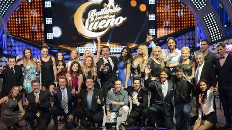 Todo el elenco reunido: famosos, jurado y conductores.