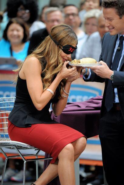 ¡Cuidado Sofía! No te acerques tanto al plato, que tal que no te gusta l...