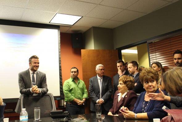 Beckham explica su proyecto al equipo de Univsión Radio.