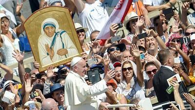 El Papa Francisco se despide de sus fieles luego de la misa en que santi...