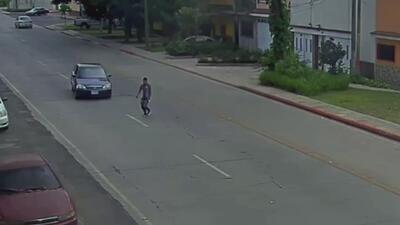 Hombre cruza la calle sin ninguna precaución y es impactado por un auto
