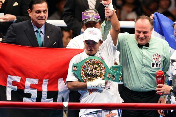 En otra pelea Román 'Chocolatito' González tambié retuvo el cinturón mos...