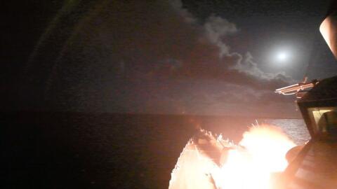 El destructor USS Porter lanza un misil Tomahawk contra un objetivo siri...