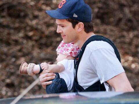 Ashton Kutcher nos dejó ver aunque sea por un ratito a su beb&eac...