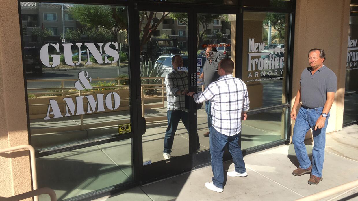Dos hombres ingresan a la armería New Frontier en North Las Vegas, donde...