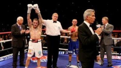 El juez le levanta la mano a Ricky Burns luego de su TKO sobre Kevin Mit...