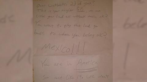 La nota que un vecino dejó a su vecina hispana.